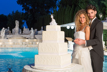 Newlyweds in Caserta with their wedding cake