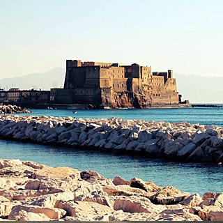 Castel dell'Ovo visto da lungo mare di Napoli